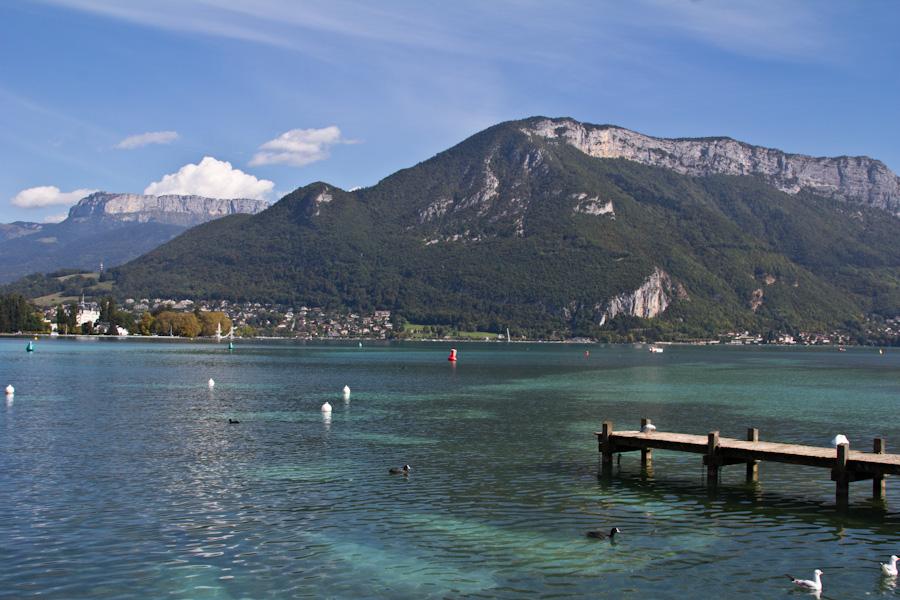 El lago de Annecy rodeado por sus preciosas montañas alpinas.