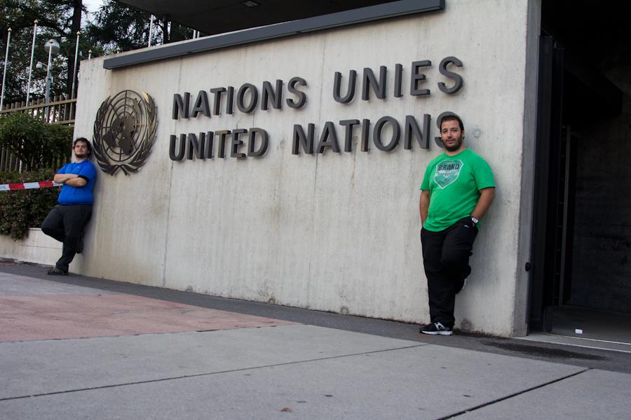 En frente de la ONU.