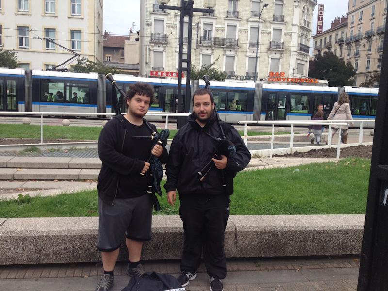Rafa y yo tocando en la estación de tren de Grenoble. Lugar en el que nos asaltaron las mormonas.