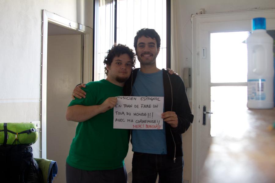 Con mi amigo Alessandro y su bigote retro para la obra de teatro.