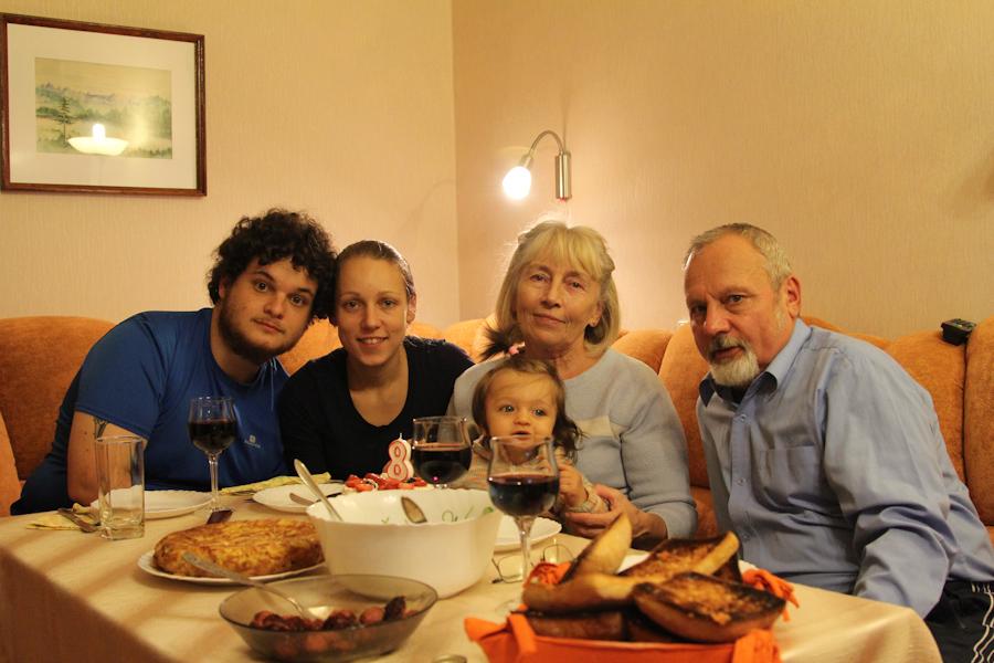 Cenando con la familia de Ieva y Leah.