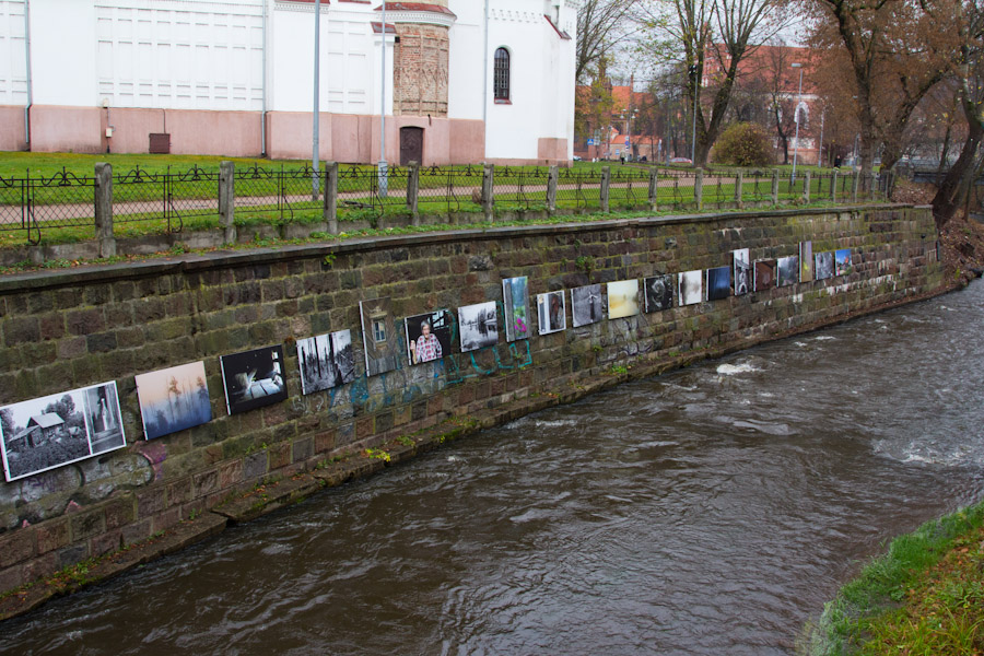 Río que divide la entrada a la Republica Independiente de Uzupis, en Vilnius.