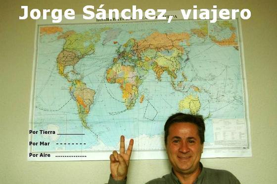 Jorge con el mapa en el que ha marcado todos sus viajes.