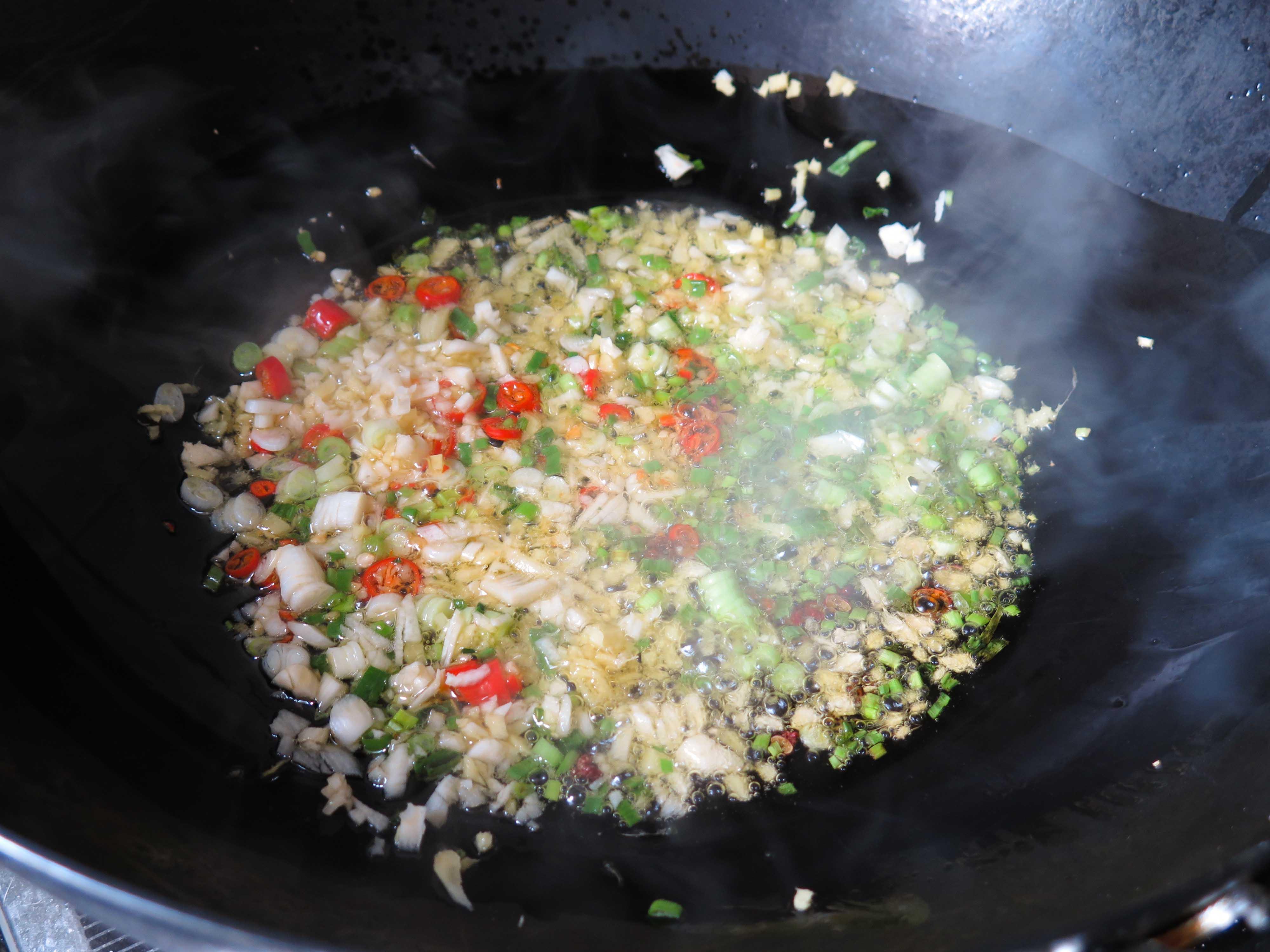 Freímos todo junto hasta que toda la cocina huela a jenjibre y ajo.