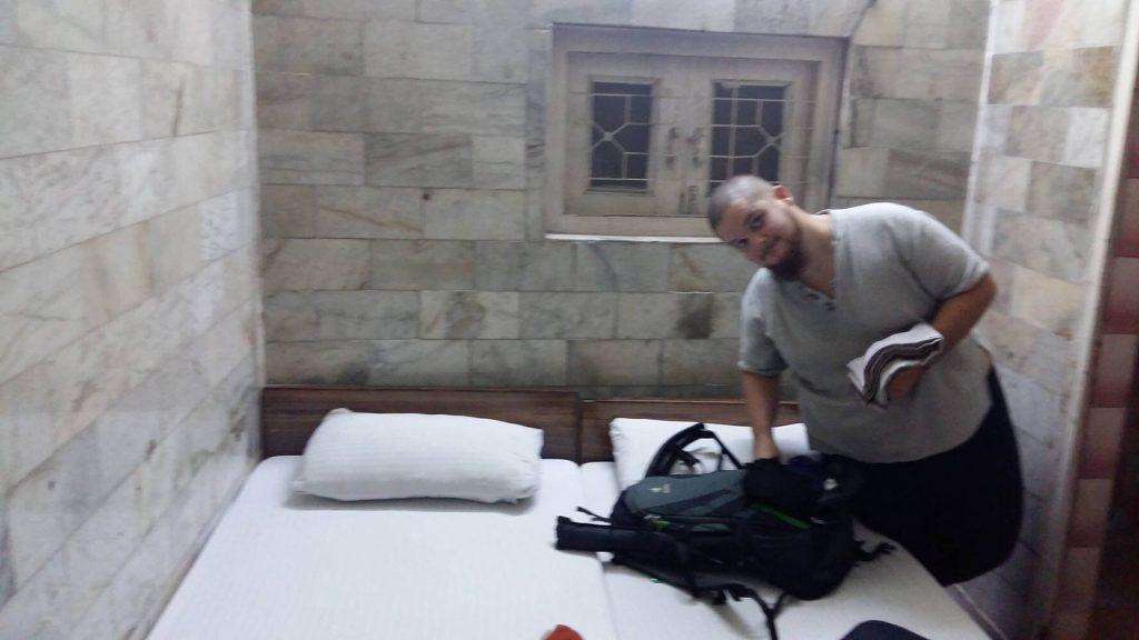 La cama de nuestra habitación de hotel.