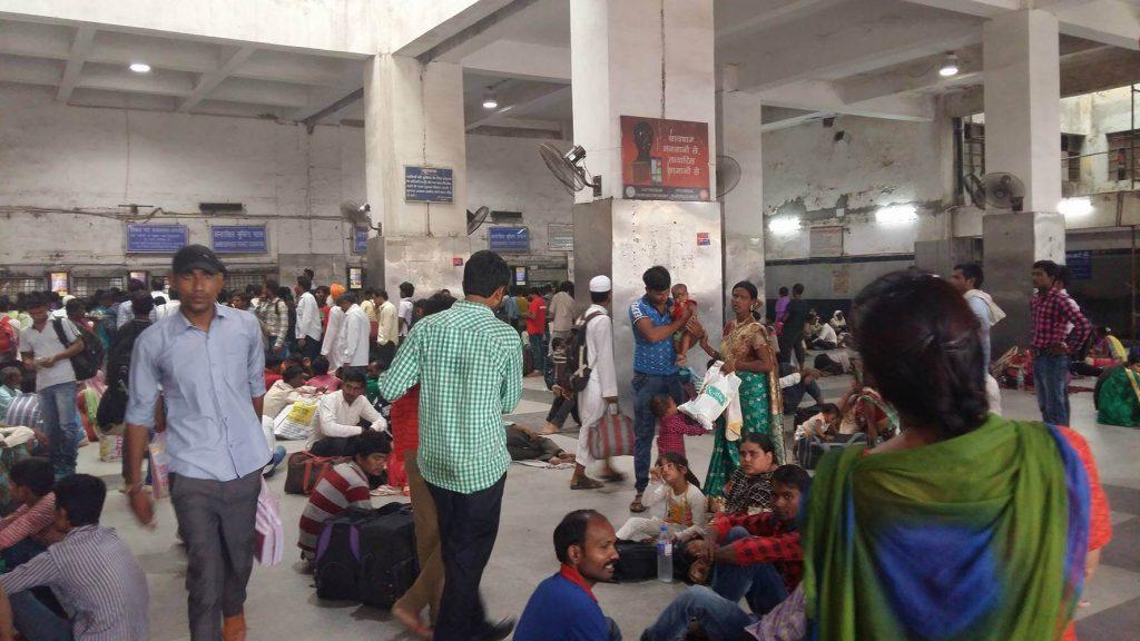 Todo el mundo haciendo cola para comprar sus billetes de última mientras otros esperan su tren.