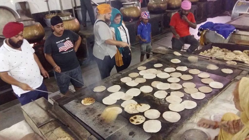 Cocinando chapatis en la cocina de gurudwara.
